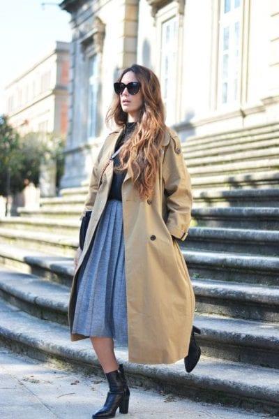 Áo khoác trend coat và chân váy xếp ly dáng dài là cặp đôi hoàn hảo