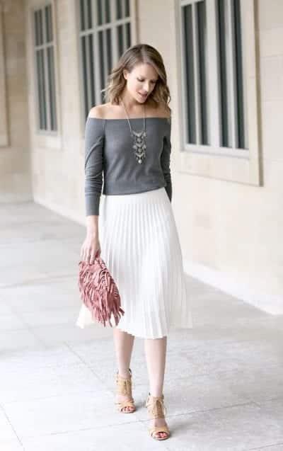 Một sự kết hợp nhẹ nhàng cho mùa thu với áo trễ vai dài tay và chân váy xếp voan trắng dáng dài. Để tạo thêm điểm nhấn cho bộ trang phục, đừng quên kết hợp với phụ kiện như vòng cổ bản to, túi xách và giày cao gót
