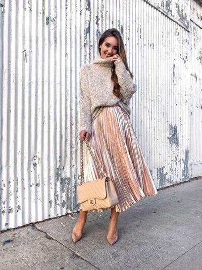 Áo len cổ lọ với chân váy xếp ly dáng dài metalic cho bạn một bộ outfit vừa ấm áp, vừa phong cách