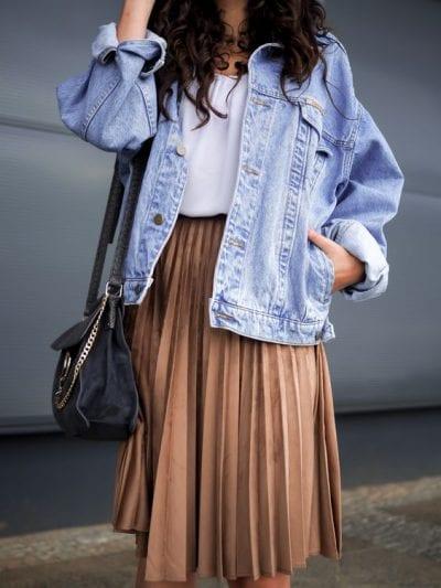 Áo khoác denim cùng chân váy xếp ly dáng dài cũng là một combo hoàn hảo