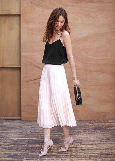 Áo hai dây voan nhẹ nhàng kết hợp với chân váy xếp ly dáng dài và màu sắc tương phản tạo nên một tổng thể nổi bật. Nhấn nhá thêm với vòng tay túi xách và giày cao gót sẽ khiến bộ trang phục bớt trở nên nhàm chán hơn