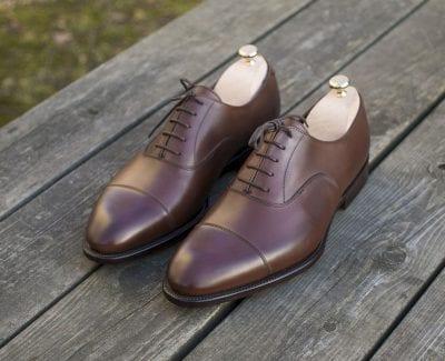 Phần mui giầy sẽ được may khít lại với dây buộc