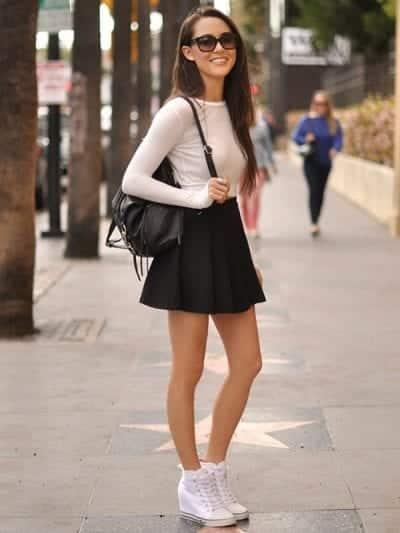 Năng động với cách mix chân váy xòe đen ngắn và giày thể thao