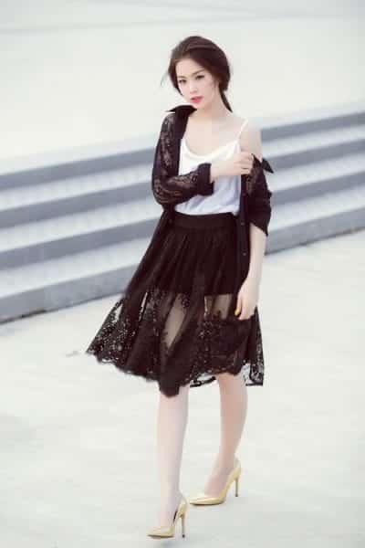 Điệu đà, mỏng manh với cách mix áo 2 dây với chân váy xòe ren và áo khoác ren