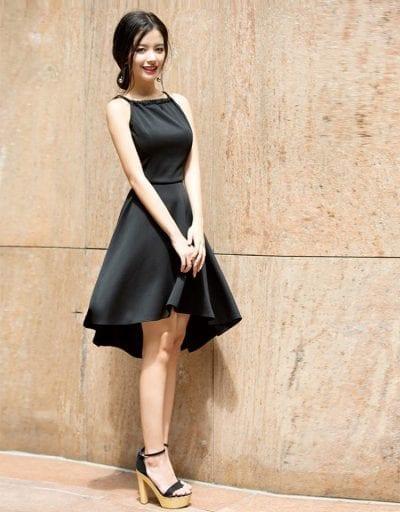 Mix áo yếm cùng màu với chân váy đen và giày cao gót cùng màu để tôn dáng cho bạn nữ
