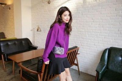 Hoặc bạn cũng có thể mix áo len dáng rộng với chân váy xòe ngắn