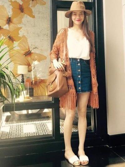 Chân váy jean phối với áo tua rua