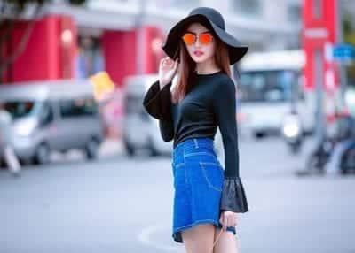 Chân váy jean phối với áo tay chuông