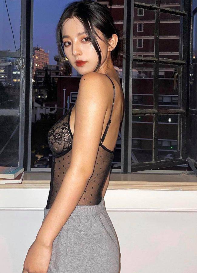 Nhiều gái đẹp gây chú ý vì vô tư mặc kiểu áo lót được yêu nhất mùa dịch dạo phố - 13