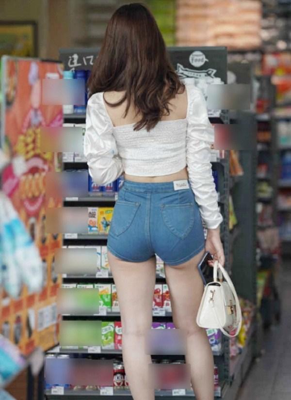 Cứ mặc kiểu quần short jeans amp;#34;thị phiamp;#34; này, chị em dễ mắc lỗi hớ hênh nơi công cộng - 4
