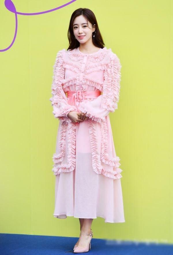 10 bộ váy xấu đến khó hiểu của sao Hàn, thần thái cỡ nào cũng bị tụt hạng phong cách - 3
