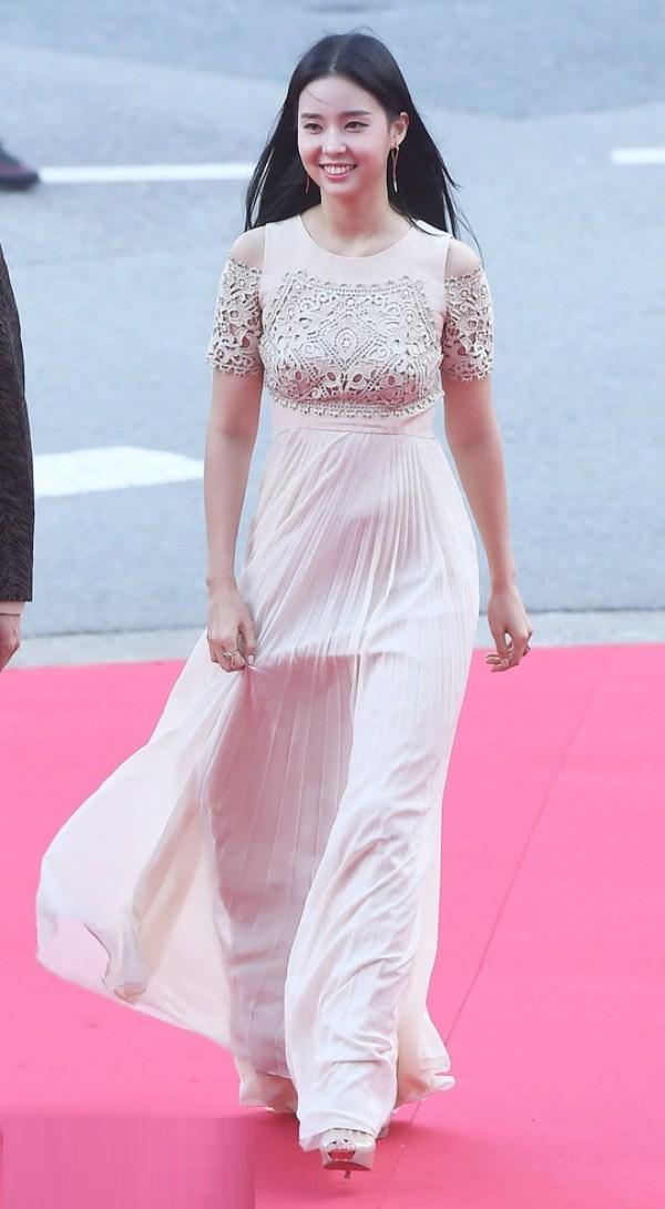 10 bộ váy xấu đến khó hiểu của sao Hàn, thần thái cỡ nào cũng bị tụt hạng phong cách - 6