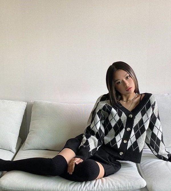 5 cách tạo dáng chụp ảnh tại nhà siêu đẹp với 1 chiếc ghế sofa - 4