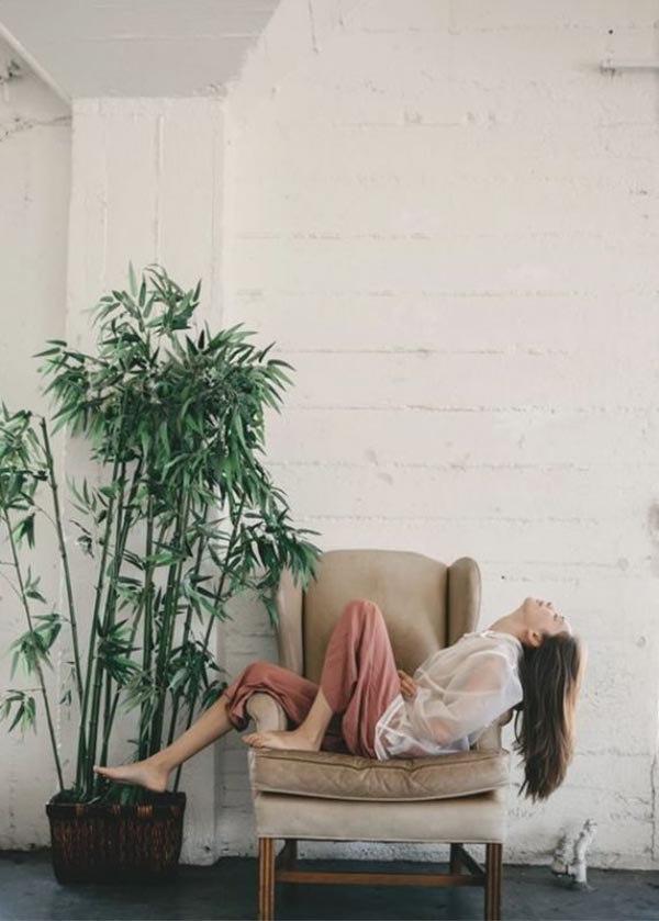 5 cách tạo dáng chụp ảnh tại nhà siêu đẹp với 1 chiếc ghế sofa - 11