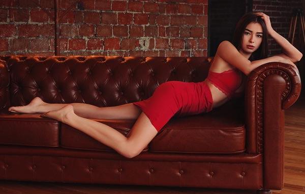 5 cách tạo dáng chụp ảnh tại nhà siêu đẹp với 1 chiếc ghế sofa - 13
