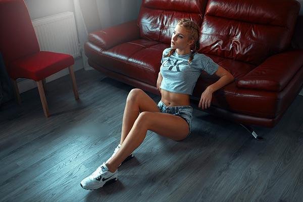 5 cách tạo dáng chụp ảnh tại nhà siêu đẹp với 1 chiếc ghế sofa - 16