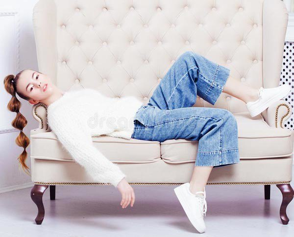 5 cách tạo dáng chụp ảnh tại nhà siêu đẹp với 1 chiếc ghế sofa - 14