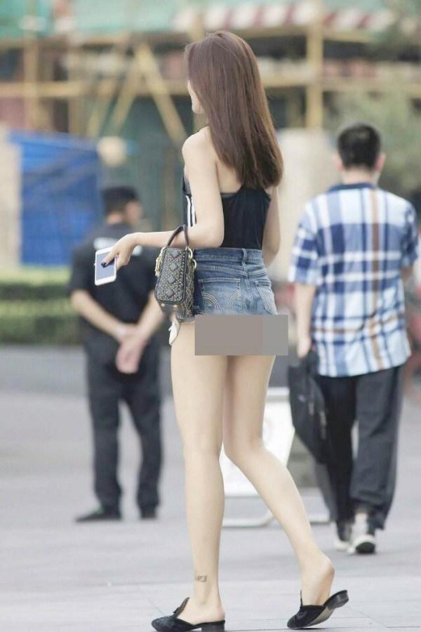 Cứ mặc kiểu quần short jeans amp;#34;thị phiamp;#34; này, chị em dễ mắc lỗi hớ hênh nơi công cộng - 1