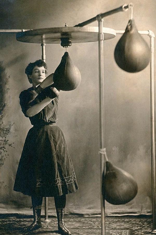 Ngày nay chị em tập thể thao diện sexy, đâu ngờ 100 năm trước cồng kềnh, kín hết cỡ - 1