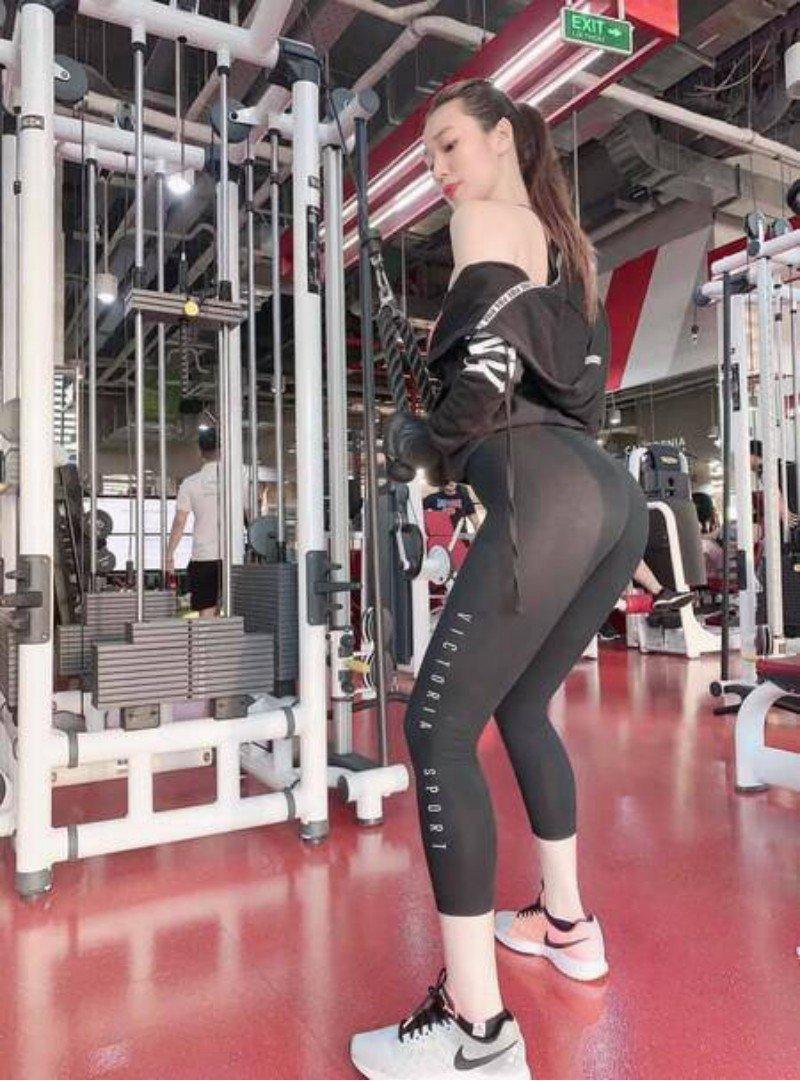 Phản cảm khi hotgirl phòng gym amp;#34;làm tròamp;#34; với quần tập: ngườidiện mỏng như sương, người lồ lộ ngấn mông - 1